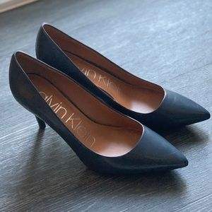 Calvin Klein Gayle Kidskin Pumps in Navy